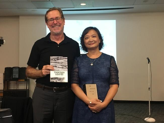 谢炯(右)与翻译诗集「Thirteen Leaves」共同作者Sam Perkins。(记者赖蕙榆/摄影)
