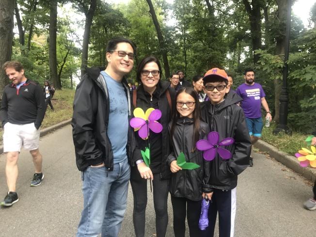楊黛安(左二)帶著丈夫和兩個孩子共同參與。(記者牟蘭/攝影)