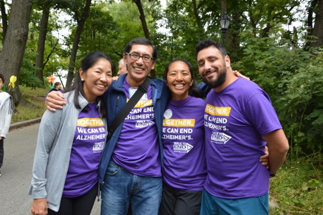王肯尼(左二)帶著妻女參加當日的健走活動。(記者牟蘭/攝影)