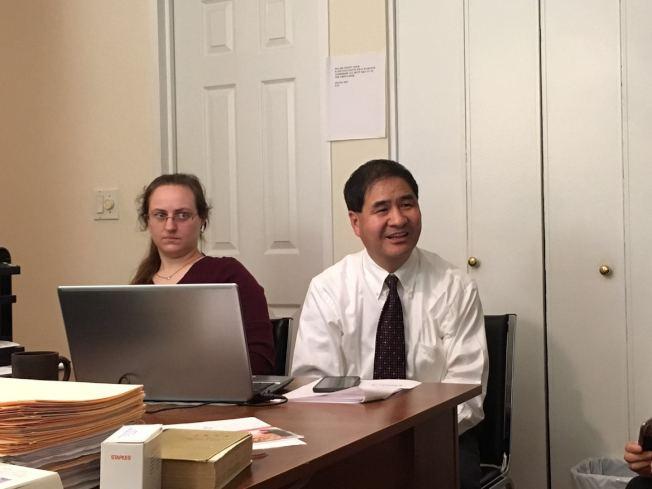 王少白(右)表示,針灸能改善自閉症患者在語言和情緒方面的問題。(記者張筠/攝影)