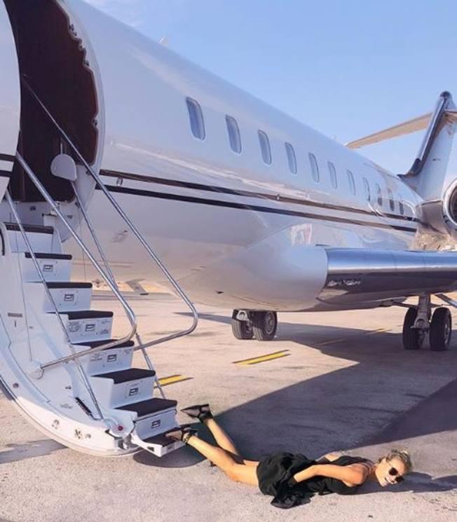 俄羅斯名模娜塔莎波莉率先在Instagram上傳了1張從飛機上華麗摔倒的「仆街照」,並標上「#Fallingstars2018」的標籤,發起了這項挑戰。(取材自Instagram)