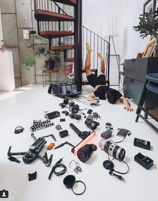 有網友直接跌進一堆攝影器材當中,也是「假跌倒,真炫富」的一種。(取材自Instagram)