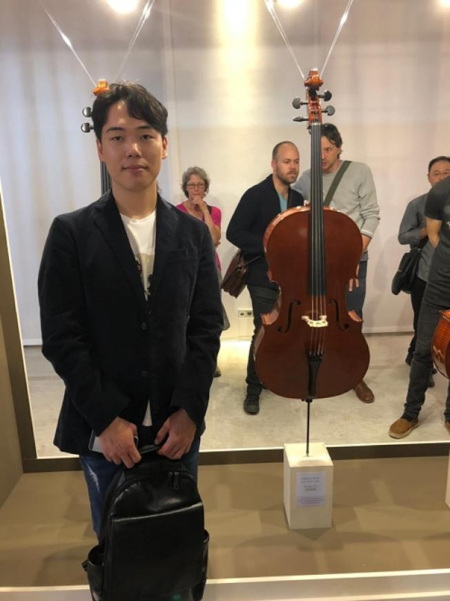 南韓製琴師Jung Ga-wang與自己的作品合影。(網路照片)