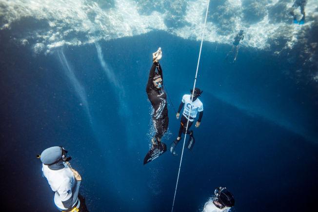 義大利女選手祖奇尼,7月在藍洞深度挑戰賽固定重量式深潛項目,以107公尺成績創下新世界紀錄。(取材自臉書)