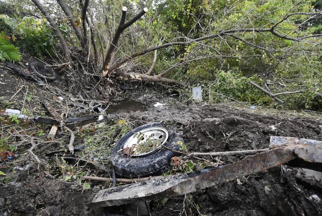 纽约上州20人死亡车祸,现场一片零乱。(美联社)