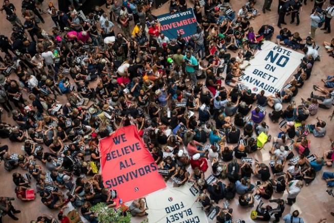 抗議者4日在華府國會山莊示威,反對任命大法官候選人卡瓦諾。(Getty Images)