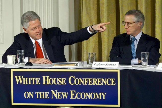 諾德豪斯(右)2000年在白宮和柯林頓同台談經濟。法新社
