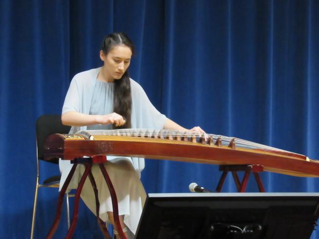 沈頌雅靠著自己看YouTube自學古箏,獲得第四屆紐約中國器樂國際比賽銀獎。(記者顏嘉瑩/攝影)