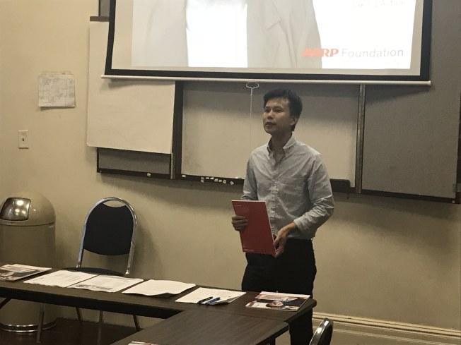 人力中心商業輔導員梅智雄介紹創業的流程。(記者和釗宇/攝影)