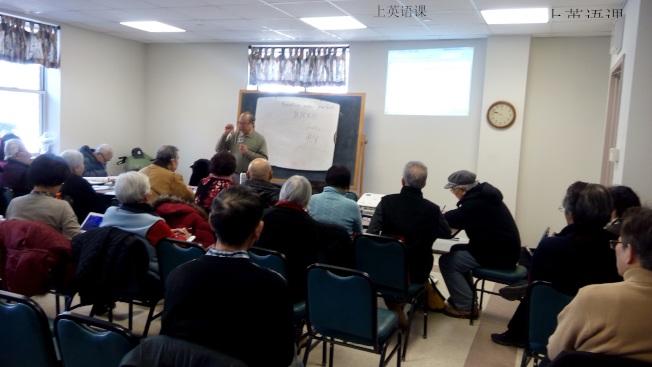 移民新規引起華人移民的恐慌。圖為福壽老人中心會員在學習。(韓傑/攝影)