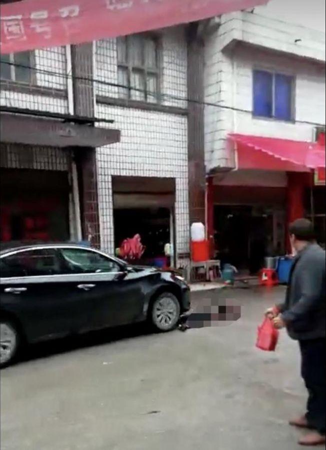 惡夫將妻子撞倒在地。(視頻截圖)