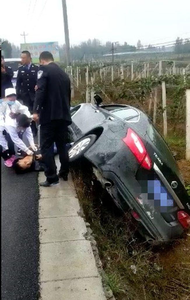 惡夫行凶後逃逸,中途翻車受傷被捕。(視頻截圖)