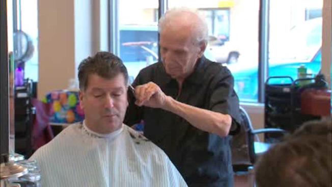 世界最高龄理发师曼西内利现年107岁仍全职工作,每周在纽约州新温莎市的Fantastic Cuts发廊工作五天。(abc7NY电视台截图)