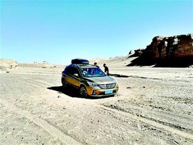 沙漠深處收不到手機訊號,真是叫天天不應。(楚天都市報)
