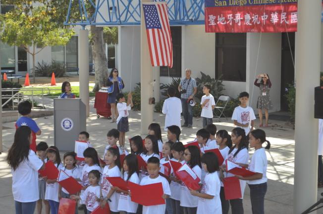 聖地牙哥中華學苑合唱團小朋友獻唱美國國歌、中華民國國歌,以及愛國歌曲「梅花」。(記者陳良玨╱攝影)