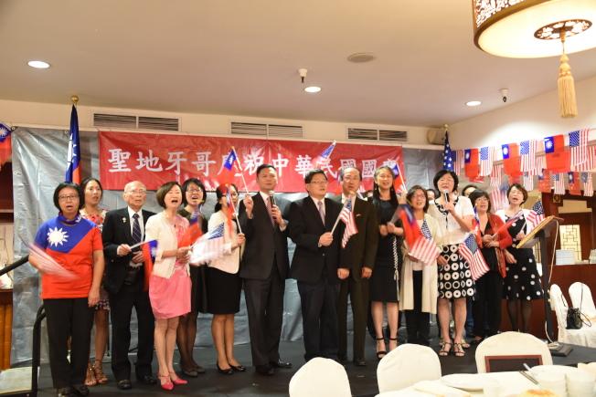 聖地牙哥僑學界與嘉賓合唱「中華民國頌」,不忘祖國。(記者陳良玨╱攝影)