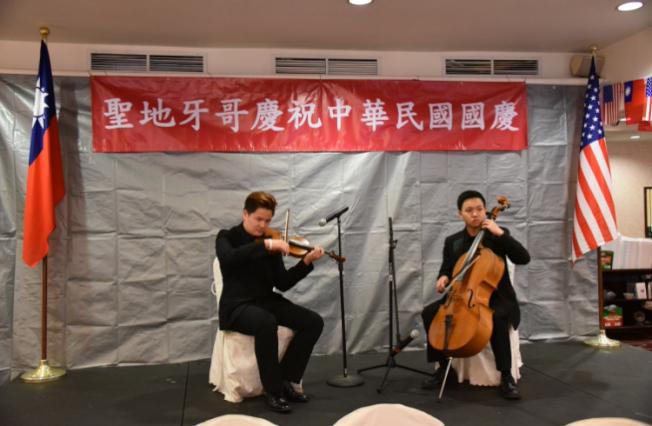 聖地牙哥華裔第二代謝秉勳(左)和林信允(右)組成弦樂二重奏,演出台灣民謠組曲,喚起鄉愁。(記者陳良玨╱攝影)