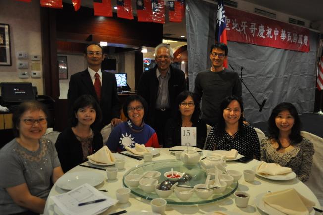 中華學苑理事會和教職人員參與雙十國慶慶典,慶祝中華民國107歲生日。(記者陳良玨╱攝影)