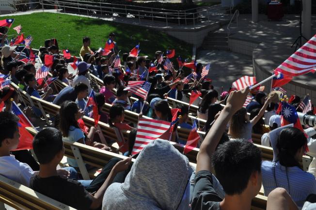 中華學苑升旗典禮,僑民熱情揮舞國旗,歡慶中華民國生日。(記者陳良玨╱攝影)