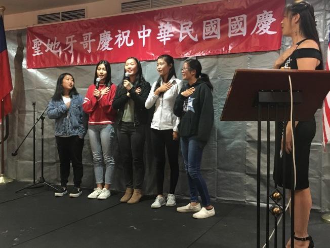 北郡中文學校AP班學生獻唱美國國歌,並帶來精彩脫口秀「Crazy Strict Asian」表演。(記者陳良玨╱攝影)