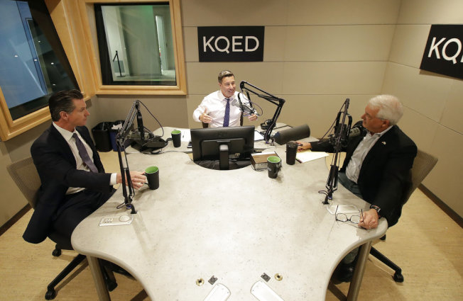 紐森(左)與考克斯(右)在KQED電台辯論的情形。(美聯社)