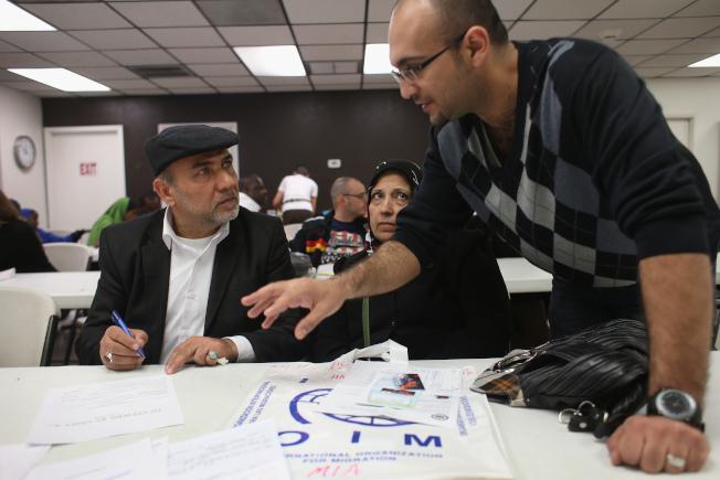 国土安全部建议的新规定要求,申请绿卡的移民须证明收入至少为联邦贫穷线的125%以上,且不会依赖政府福利。图为一名甫抵美的伊拉克人(左)在凤凰城申请粮食券。(Getty Images)