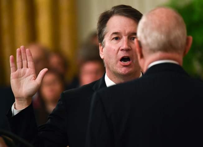 川普總統8日晚在白宮為新任大法官卡瓦舉行隆重宣誓就職儀式。由剛退休的甘迺大法官主持宣誓。(Getty Images)