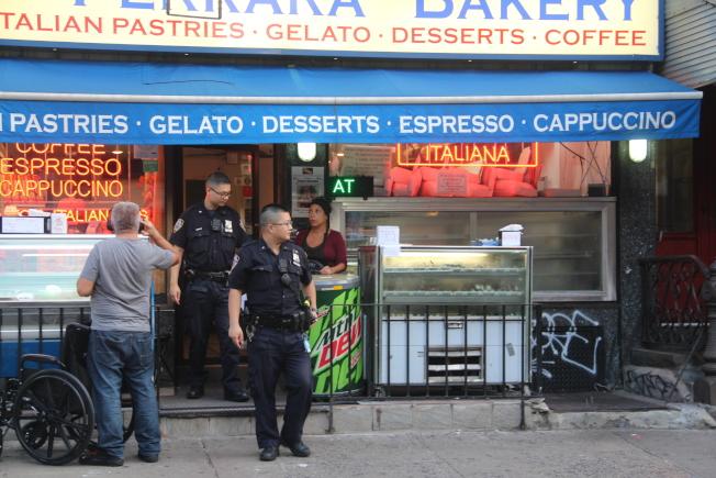毗鄰曼哈頓華埠的小義大利茂比利街(Mulberry St.)Ferrara Bakery,9日下午5時16分發生搶劫案,一名男賊入內後搶走店中小費罐,迅速逃向堅尼路(Canal St.)地鐵站,行搶時間只有一分鐘,所幸未造成任何人員受傷;警方正對此案進行調查,提醒商家防範。  (圖與文:記者賴蕙榆)