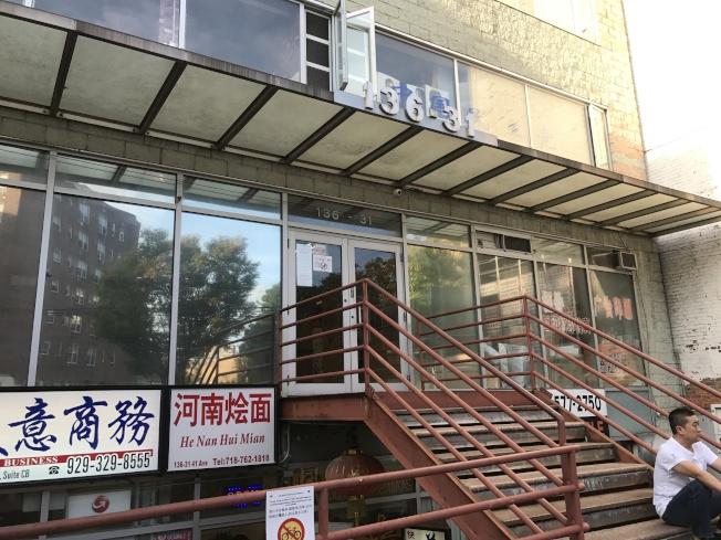 一位身穿黑白条纹的嫌犯1日在41大道一家商业楼中盗窃。(记者牟兰/摄影)