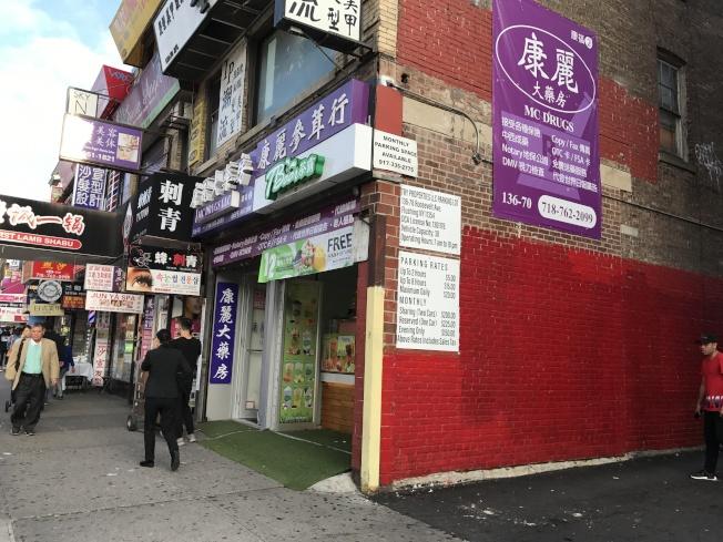 身穿黑白条纹的嫌犯2日在罗斯福大道一家饮料店行窃。(记者牟兰/摄影)