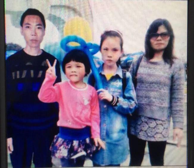 羅保華來美之前與家人的合影,在連江郵政機構工作的丈夫獨自撫養13歲和六歲的兩個女兒。(記者張筠/攝影)