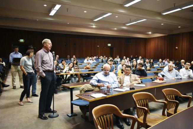 不少學者和學生對賴斯的政策積極發表評論。(記者黃少華/攝影)