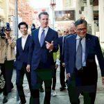 提早投票第一天 紐森走訪華埠