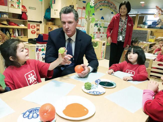 紐森參觀了解華埠護兒幼兒中心的運作。(記者李秀蘭/攝影)