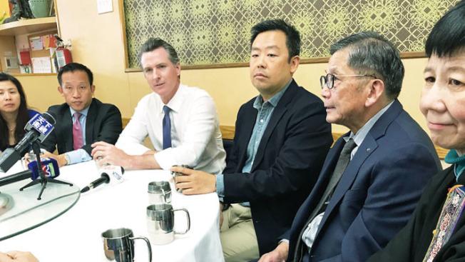 紐森(左二)在華埠華盛頓茶餐廳與華人團體領袖聚會聽民意。(記者李秀蘭/攝影)