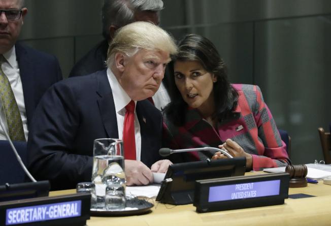 川普總統今年9月出席紐約聯合國安理會,海理(右)從旁襄助。但兩人對國際世界的看法並不相同。(美聯社)