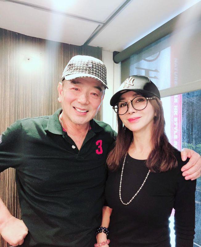 陳美鳳(右)為張晨光慶生。(取材自臉書)