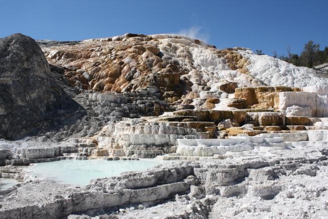 被火山熔漿燒成的五彩岩石。(圖皆為作者提供)