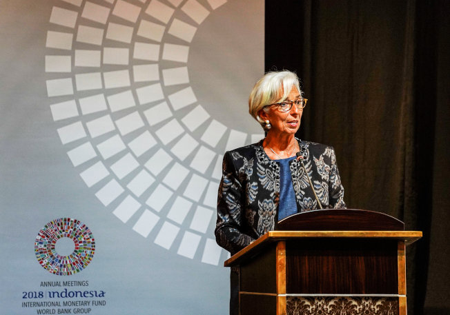IMF表示,2017年全球債務總規模達到182兆元,較2008年金融危機爆發時高50%。圖為IMF主席拉加德在印尼年會致辭(路透)
