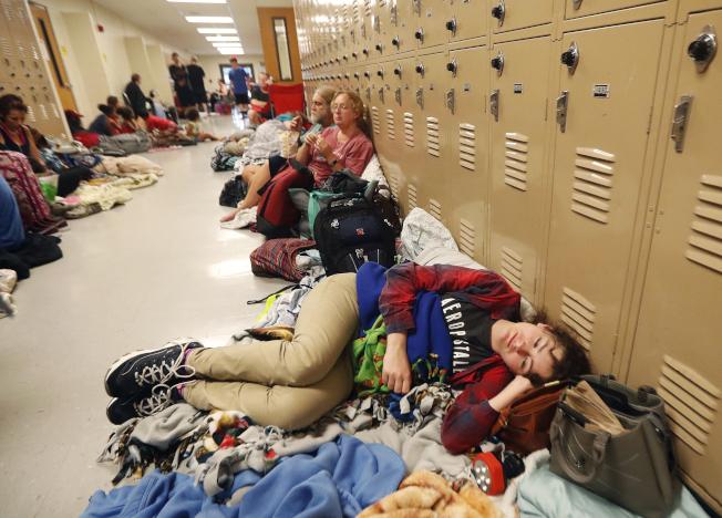 颶風麥可10日在佛羅里達州北部登陸,許多居民至臨時收容中心避難。(美聯社)