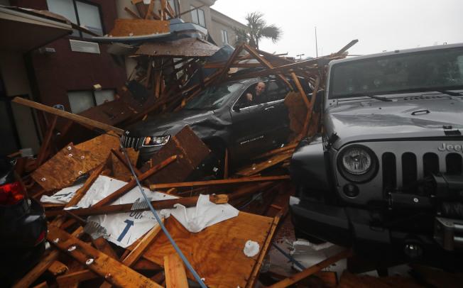 颶風麥可10日威力增至四級風暴後,在佛羅里達州北部登陸,造成慘重災情。(美聯社)