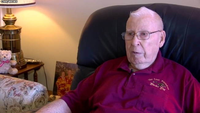 為了幫助病妻支付持續增加的醫藥費,87歲老翁布洛克森準備回到職場,成為卡車司機,賺取妻子的醫藥費和生活費。(ABC13電視台截圖)
