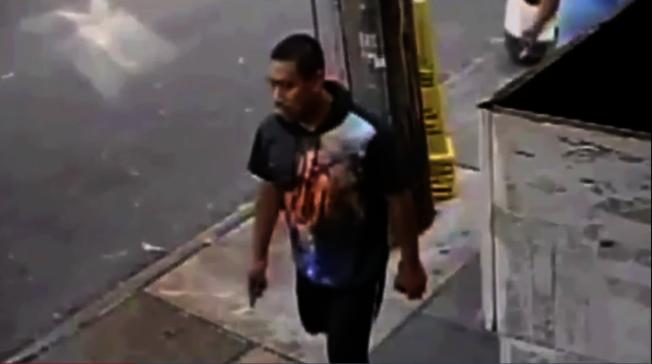 """法拉盛和可乐娜(Corona)日前发生两起少女遭色狼性骚扰案件,纽约市警公布嫌犯影像,呼吁民众举报并提高警觉。 警方表示,9日早8时20左右,一名13岁少女走在可乐娜45大道交Junction大道时,遭一名30岁男子""""不当""""触摸,随后逃离现场;而3日下午3时30分左右,一名十岁女孩在法拉盛某杂货店门口,也被该男子隔着衣服抚摸其裆部后逃离。 警方日前公布色狼影像,最后一次出现时穿着深蓝短袖衫、迷彩短裤及黑球鞋,民众若有线索可拨打止罪热线(800)577-TIPS(8477)、登录止罪网站www.nypdcrimestoppers.com、或透过手机发消息至274637(CRIMES),然后输入TIP577,消息来源绝对保密。 (图:警方提供,文:记者赖蕙榆)"""