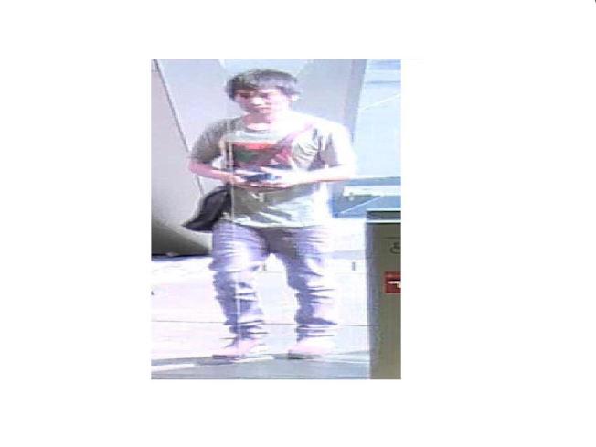 第二名嫌犯同為亞裔男子,犯案時身穿灰色上衣和灰色褲子。(警方提供)