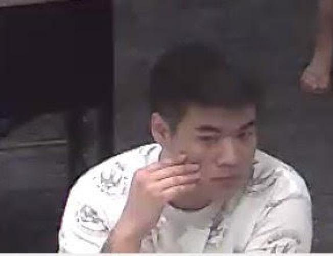 第一名嫌犯為亞裔男子,犯案時身穿白色上衣和灰色短褲。(警方提供)