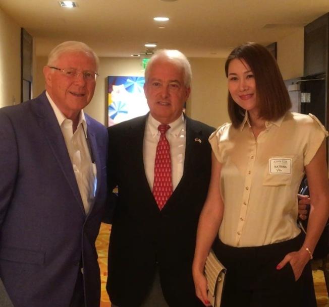 共和黨加州州長候選人考克斯(中)、前洛縣縣政委員安東諾維奇(左)與華裔支持者合照。(記者謝雨珊/攝影)