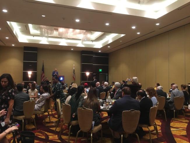 前洛縣縣政委員安東諾維奇(Michael Antonovich)舉行午餐會,近80人出席。(記者謝雨珊/攝影)