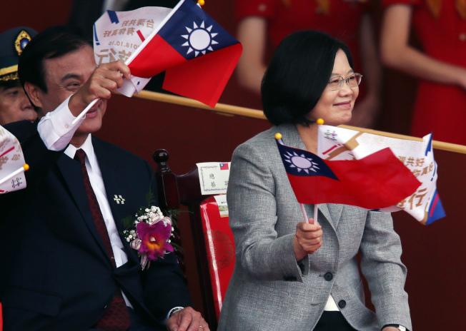 中華民國107年國慶大會10日在總統府前廣場舉行,蔡英文總統(右)在觀賞表演時,與立法院長蘇嘉全(左)不時揮動手中的國旗向表演者致意。(記者杜建重/攝影)