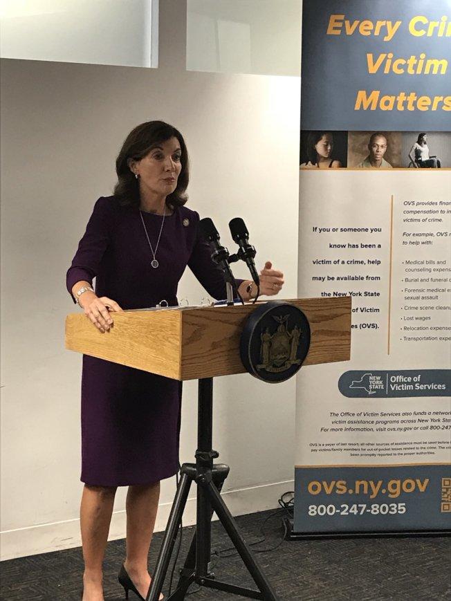 霍楚宣布州府撥款1600萬元給予罪案受害者免費法援項目。(州長辦公室提供)