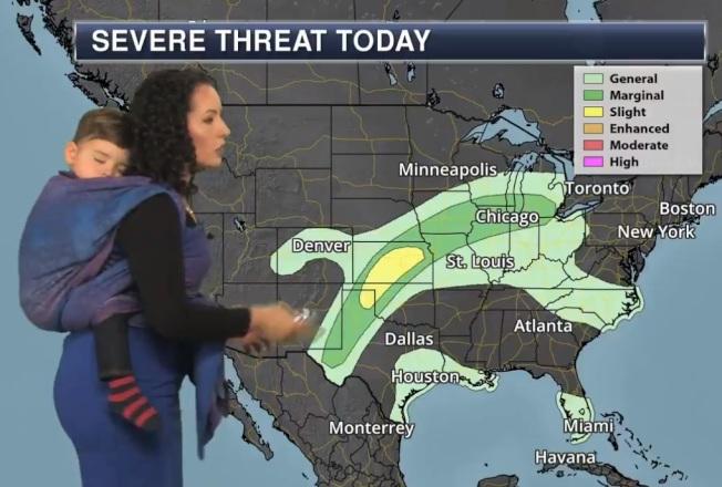 明尼蘇達州氣象主播蘇西.瑪汀背孩子播報新聞,網友一片好評。截自Praedictix Weather推特